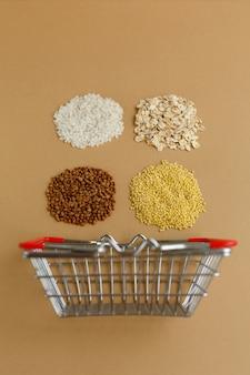 茶色の表面の食料品バスケットのさまざまな割り。米とオートミール、そばとキビ