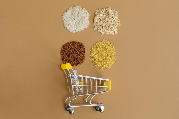 갈색 표면에 식료품 카트에 다양한 가루. 쌀과 오트밀, 메밀과 기장