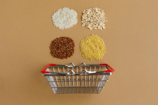 食料品のバスケットのさまざまなひき割り。米とオートミール そばと雑穀
