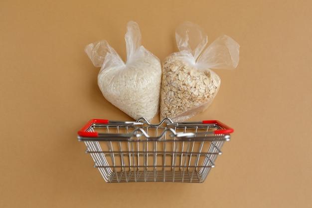 茶色の表面の食料品バスケットのパッケージのさまざまな割り。ご飯とオートミール