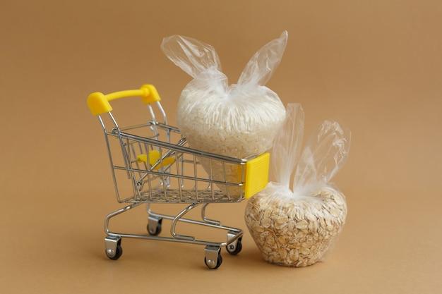 갈색 표면에 식료품 카트에 패키지의 다양한 가루. 쌀과 오트밀
