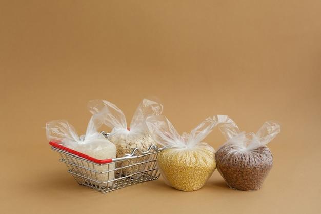 食料品バスケットのパッケージに入ったさまざまなひき割り米 米とオートミール ソバとキビ