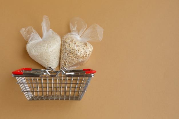 食料品バスケットのパッケージに入ったさまざまなひき割り米 米とオートミール
