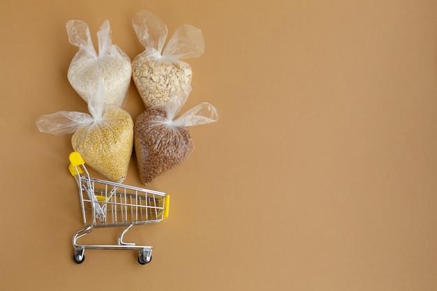 食料品カートのパッケージに入ったさまざまなひき割り米 米とオートミール ソバとキビ