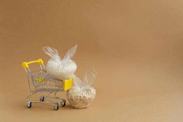 食料品カートのパッケージに含まれるさまざまな割り米とオートミール