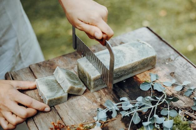 装飾が施されたヴィンテージの木製テーブルにさまざまな手作りの天然石鹸
