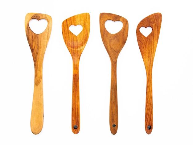 Различные формы сердца деревянной кухонной утвари изолировать на белом фоне