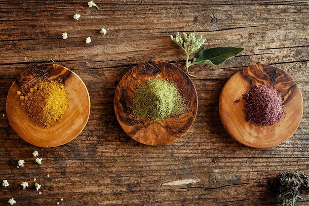 木製のテーブルにさまざまなハーブとスパイス