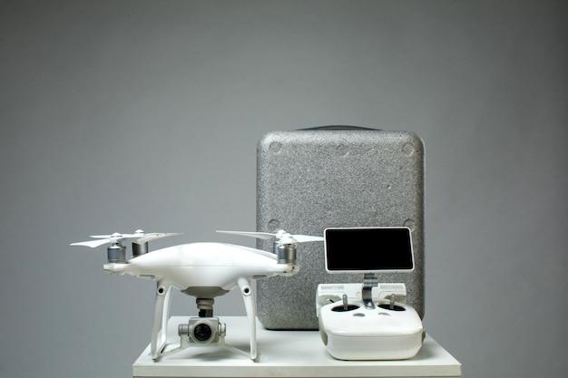 テーブル上のさまざまなハイテク機器