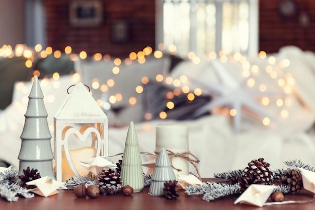 コーヒーテーブルでのさまざまな家のクリスマスや新年の装飾の構成