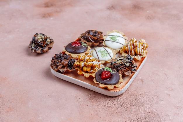 ナッツとチョコレートクリームが入った様々な自家製ミニタルト。
