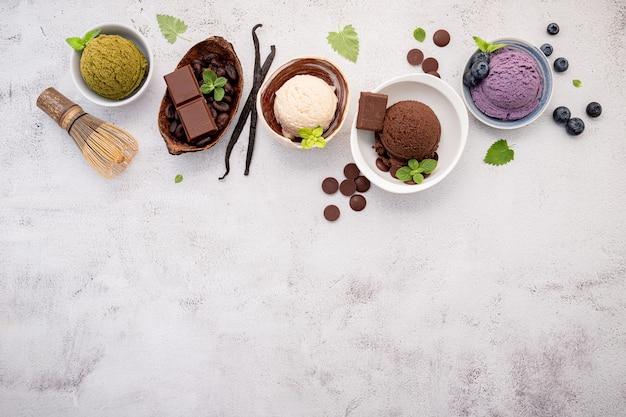 Различные вкусы мороженого в керамических мисках