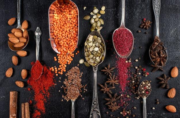 다양한 인도 향신료. 다채로운 향신료, 평면도. 유기농 식품, 건강한 라이프 스타일.