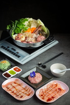 しゃぶしゃぶ鍋の具材とタレ