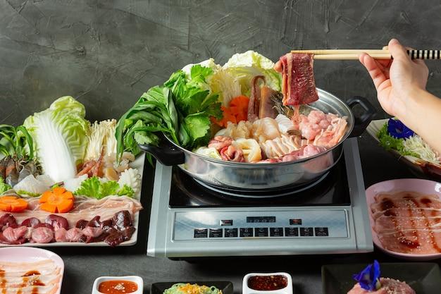 Vari ingredienti di shabu hot pot con salsa