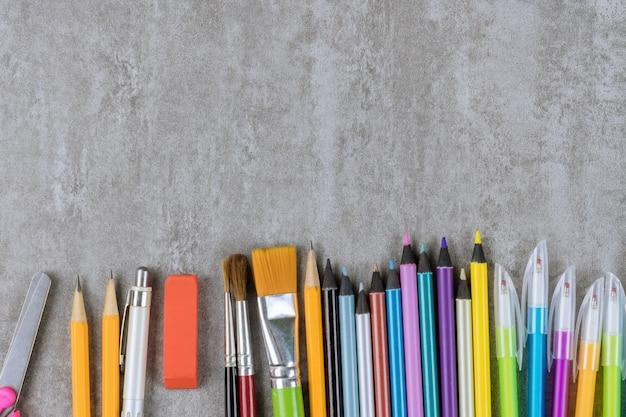 학교 준비 개념에 배치된 다양한 항목 학용품.