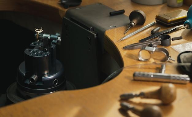 테이블에 다양한 보석 도구