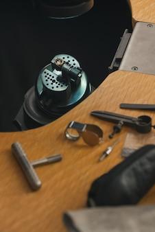 나무 테이블에 다양한 보석 도구