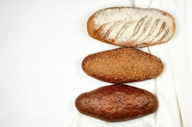 흰색 직물 표면에 빵의 다양한 종류. 위에서보기