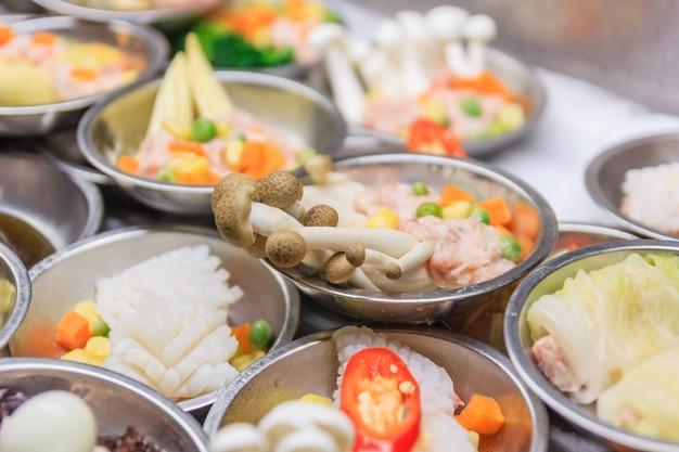 餃子、伝統的な中国料理を含む様々な種類の딤。 Premium写真