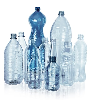 Различные виды пустых бутылок для воды - изолированные