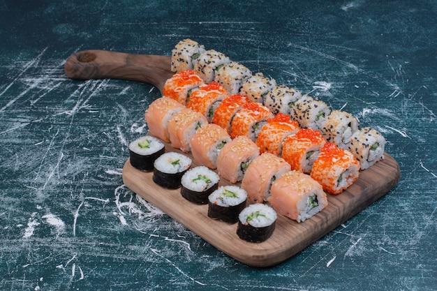 さまざまな種類の巻き寿司が大皿に盛り付けられています。
