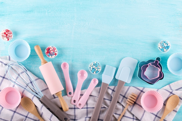 Различные кухонные принадлежности для выпечки. плоская планировка. вид сверху, макет рецепта на синем фоне.