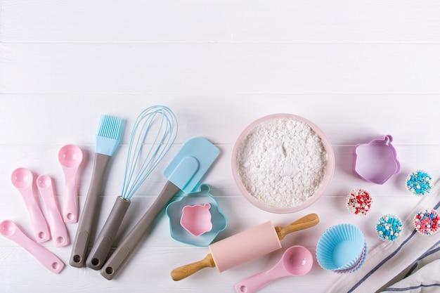 Различные кухонные принадлежности для выпечки. плоская планировка. вид сверху, макет рецепта на белом фоне.