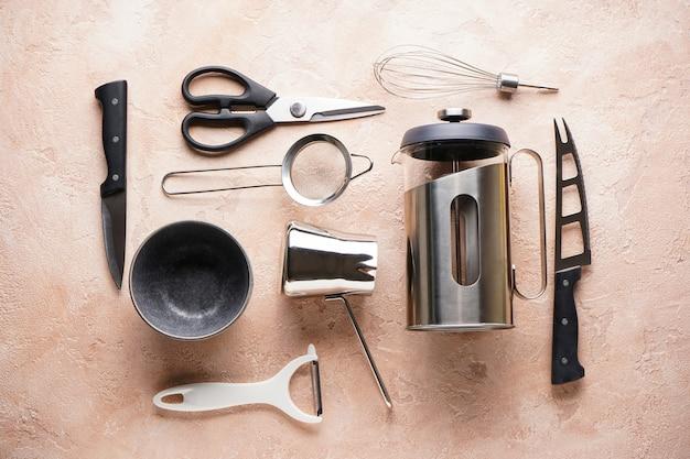 Различные кухонные принадлежности на бежевый, вид сверху.