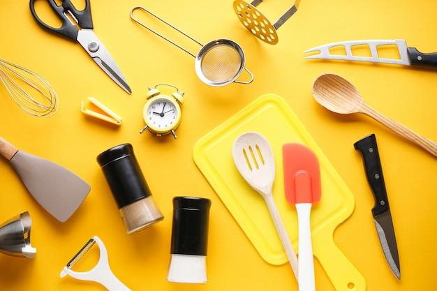 Различная кухонная утварь на столе