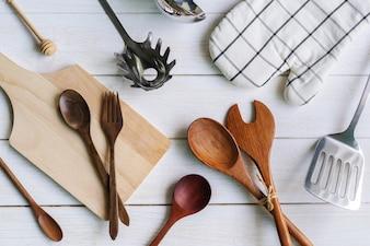 木製の背景に様々な台所用品