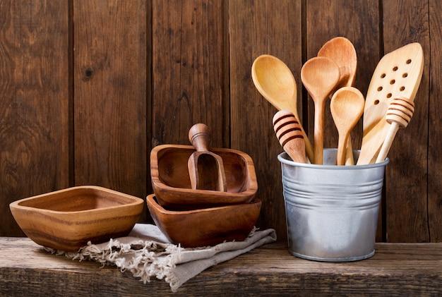 木製の棚にさまざまな台所用品