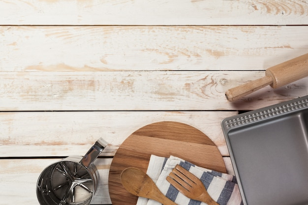 木製のテーブルにさまざまな台所用品