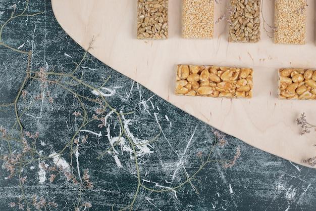 木の板にさまざまなコジナキのお菓子。