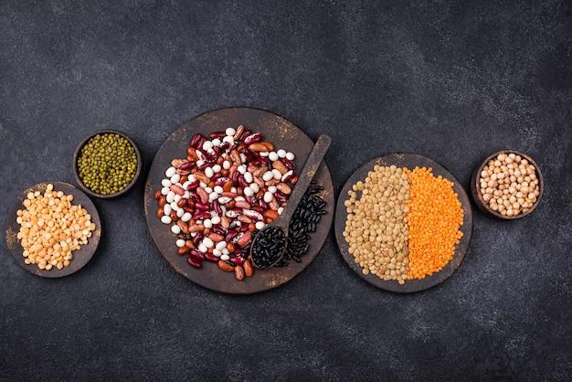 さまざまなマメ科植物。レンズ豆、さまざまな豆、乾燥エンドウ豆、ひよこ豆、緑豆
