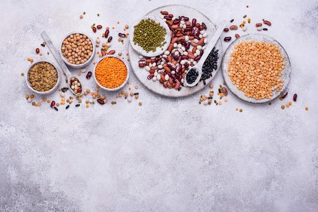 Различные бобовые. чечевица, разные бобы, сушеный горох, нут и маш