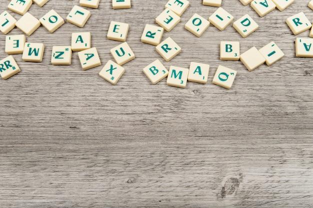 바닥에 공간이있는 다양한 글자