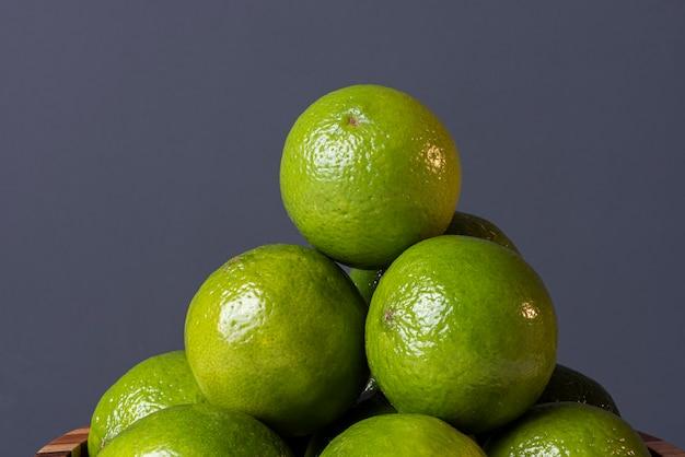 Различные лаймы в деревенском стиле. лимон.