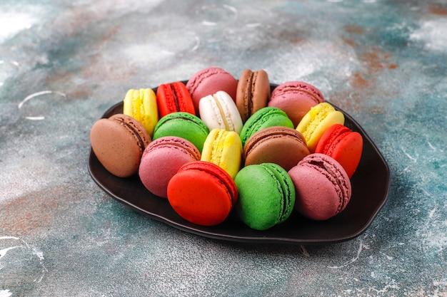 Различные миндальное печенье с фисташками, фруктами, ягодами, кофейными зернами.
