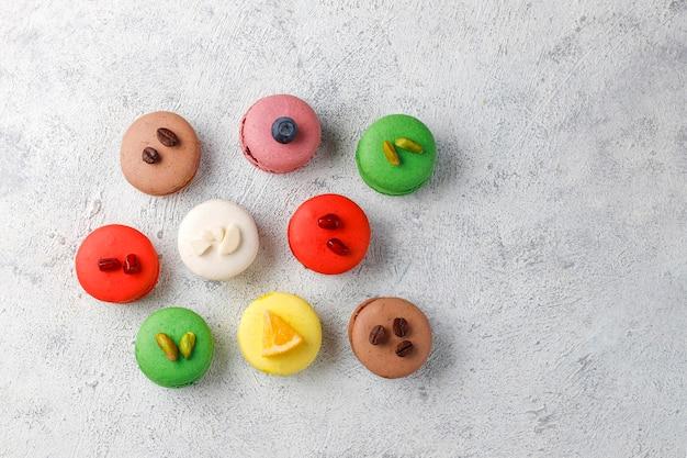 ピスタチオ、フルーツ、ベリー、コーヒー豆を使ったさまざまなマカロン。