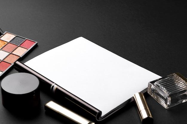 Различные продукты косметики на черном фоне текстуры.