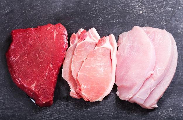 어두운 보드에 다양한 고기, 평면도