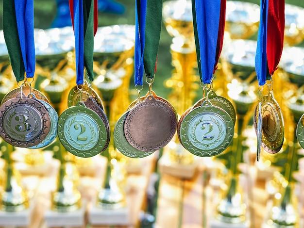さまざまなメダルがラックに掛けられました。