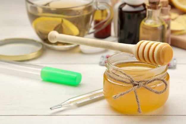 흰색 나무 테이블에 독감 및 감기 치료제에 대한 다양한 의약품