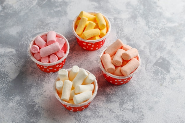 Vari mini marshmallow misti su grigio, vista dall'alto