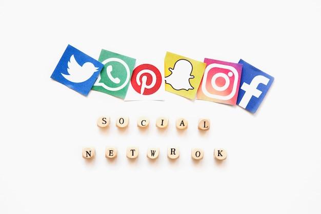 흰색 배경 위에 다양한 모바일 응용 프로그램 아이콘 및 소셜 네트워크 단어