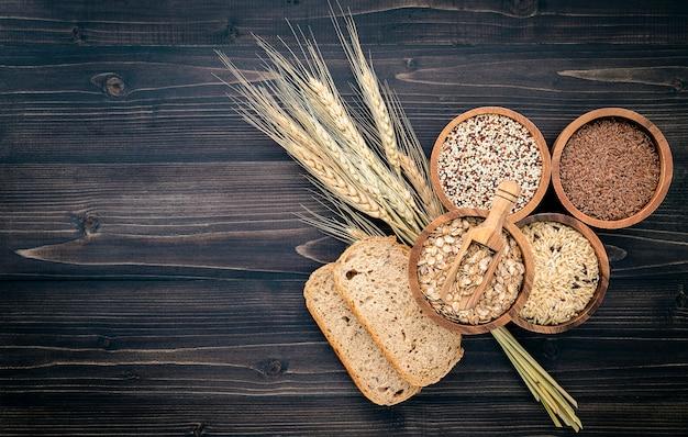 건강 식품 성분 제품 개념에 대 한 나무 그릇에 다양 한 천연 유기농 시리얼 및 곡물 씨앗.