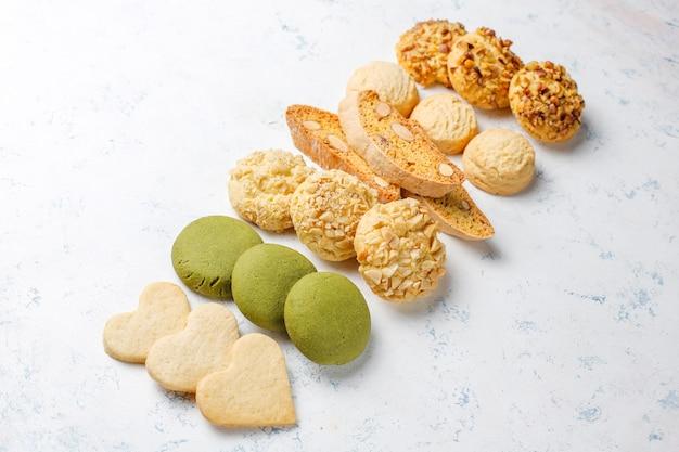 Печенье с орехами, ореховое, миндальное и миндальное печенье на светлом столе