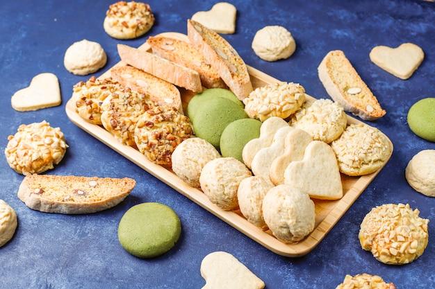 Различное ореховое печенье, ореховое печенье, арахисовое печенье, миндальное печенье и печенье матча, вид сверху