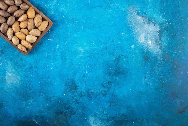 青い表面のボードのさまざまなナット